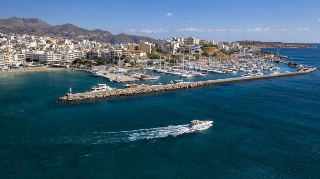 Гавань Агиос Николаос, парусные яхты в порту Агиос Николаоса на Крите