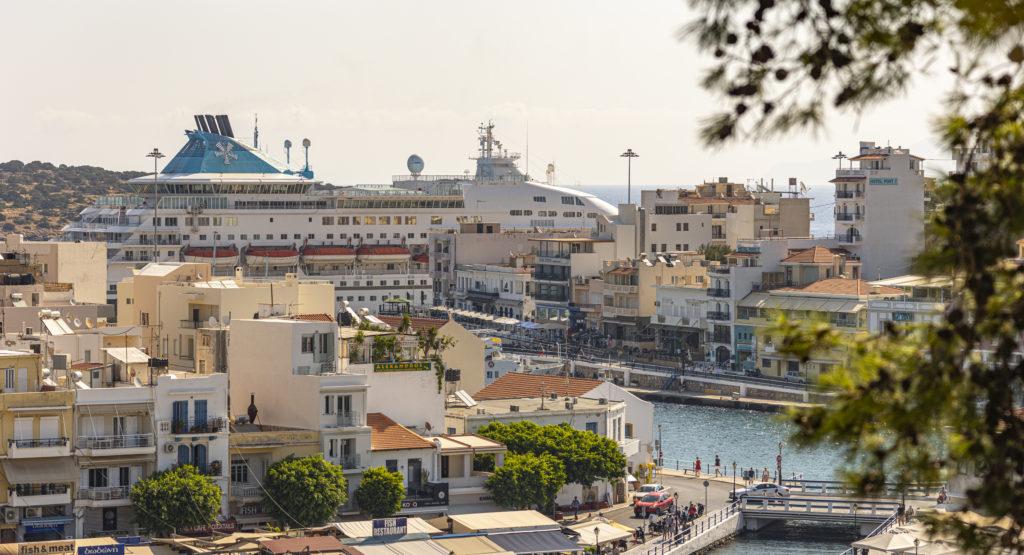 Круизный корабль в порту Агиос Николаоса, остров Крит